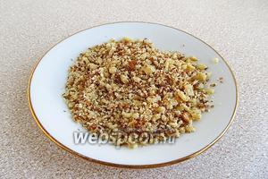 Ядра грецких орехов слегка подсушить в духовке и раздробить.