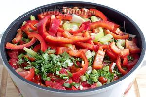 Слой с помидорами посыпаем рубленой зеленью и чесноком. Сверху выкладываем болгарский перец. Соль и специи не забываем. Очень важно соблюдать очерёдность закладки овощей. Помидоры должны быть обязательно отделены от картошки, иначе во время тепловой обработки картошка станет стеклянной.