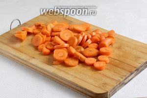 Морковь нарезать соломкой или колечками. У меня была молодая морковка и я нарезала её колечками.