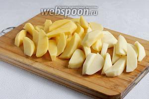 Картофель очистить и нарезать крупной соломкой или ломтиками.