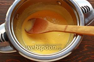 Желтки и сахар не надо взбивать сильно, чтобы получить кремовую текстуру при наливании горячего молока и сливок.