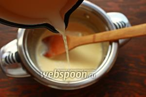 Когда молоко или сливки дойдут до кипения, надо часть их влить тонкой струйкой в смесь желтков (яиц) с сахаром, при этом, постоянно помешивая венчиком — это процесс темперирования яиц. Яйца привыкают к горячей температуре. Потом уже можно налить оставшуюся часть более смело, перемешивая венчиком.