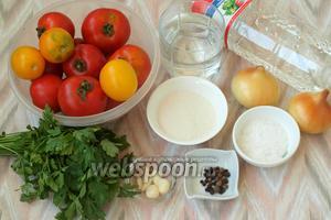 Подготовить помидоры, лук, свежую петрушку, чеснок, перец горошек и душистый, лавровый лист, сахар, соль, воду, подсолнечное масло и уксус 9%.