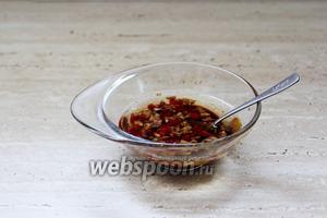 Приготовить заправку: соединить чеснок, чили, соль, перец, бальзамический уксус и оливковое масло.