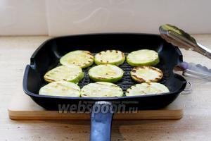 Обжарить кабачок и баклажан на гриле.