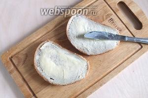 Смажьте каждый кусочек хлеба тонким слоем масла.
