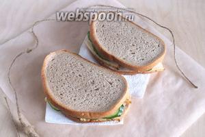 Накройте получившиеся бутерброды оставшимися кусочками хлеба и сэндвичи готовы. Можно завернуть их в пергамент и взять с собой. Приятного аппетита!