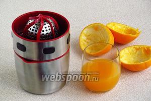 Апельсины вымыть, с помощью соковыжималки выжать сок и процедить его.