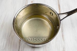 Приготовить пропитку: лимонный сок вылить в сотейник. Добавить воду и сахар. Уварить сироп до полного растворения сахара. Немного остудить.