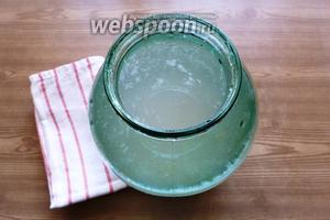 Зальём кипячёной водой комнатной температуры по плечики банки. Подготовьте хлопчатобумажное полотенце, которым прикроете банку. Оставьте в удобном тёплом месте (на подоконнике, столе) на 3-4 дня для брожения.