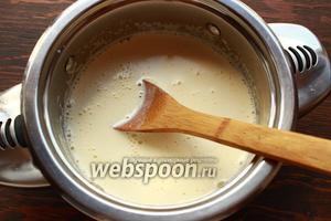 Влить молочную смесь к желткам, интенсивно мешая.