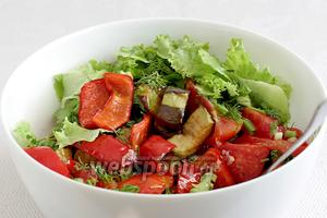 Готовый салат посыпать зеленью и перемешать.
