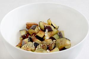 Каждую партию обжаренных овощей перекладывать в салатник. Посыпать мелко рубленным чесноком (мне хватило 1 зубчика) и поливать соевым соусом, по чайной ложечке. Это нужно делать пока овощи ещё горячие. Запах умопомрачительный.