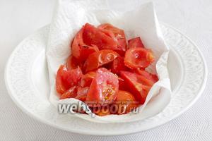 Крупно нарезанные помидоры тоже быстро обжарить в раскаленном масле, обязательно при закрытой крышке. Хватит 1 минуты. Выложить помидоры на салфетку.