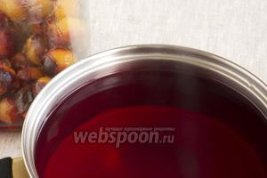 Перелить воду из банки в кастрюлю, добавить сахар. Довести до кипения и снова залить сливы.
