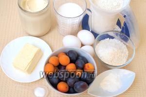 Для приготовления пирога нам понадобится мука, сливочное масло, сметана, яйца, сахар, кокосовая стружка, разрыхлитель, ванилин, абрикосы и сливы.