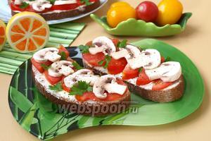 Бутерброды с помидорами и сырыми шампиньонами