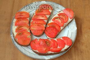 Выложить помидоры на ломтики хлеба, смазанные маслом, и немного посолить.