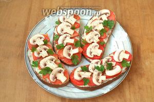 Украсить бутерброды листочками петрушки и сразу подавать. Приятного аппетита!