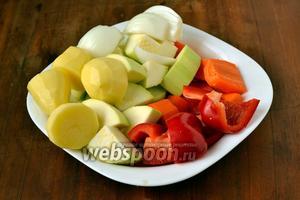 Овощи моем, чистим, нарезаем удобными для мясорубки кусочками.