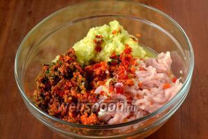 Прокручиваем куриное филе и овощи через мясорубку.