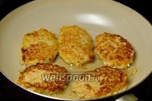 На разогретую сковороду с подсолнечным маслом, с помощью ложки, выкладываем котлетную массу, придавая ей продолговатую форму. Обжариваем до зарумянивания с двух сторон.