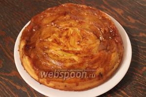 Накрыть форму с пирогом тарелкой и перевернуть. Подают этот пирог со взбитыми сливками или мороженным. Приятного чаепития!