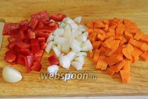 Кубиками порезать овощи.
