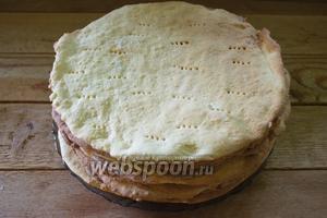 Так выпекаем все коржи. Каждый остужаем отдельно и только после полного остывания их можно уложить один на один. Коржи можно выпечь за 2-4 суток до сборки торта. Классический торт имеет 8 кругов-коржей и 1-2 коржа идут на посыпку бортов. Количество коржей иногда бывает больше.