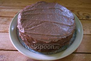 Собираем торт. Каждый корж промазываем кремом. На 1 корж у меня ушло 4-5 ст. ложек крема. Распределяйте равномерно. Хорошо промазывайте края торта.