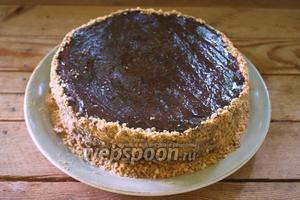 Мы выпекали лишние коржи. Эти коржи следует измельчить и обсыпать края торта. Торту дать пропитаться около 24 часов в холодильнике.