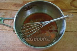 Влейте горячую воду. Сахарная карамель затвердеет.  Размешайте её с водой до полного растворения. В оригинале рецепта написано, что карамель быстро растворится, но реально этот процесс занимает время. Быстрее будет вернуть воду с карамелью на небольшой огонь и нагревая размешать до полного растворения карамели в воде. Жидкость остудить.