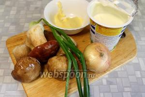 Для приготовления взять свежие грибы, сметану, масло, лук, соль.
