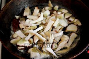 Обжарим грибы на сковороде минуты 3.