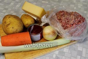 Для пирога взять говяжий фарш, твёрдый сыр (лучше пармезан), среднего размера морковь и луковицу, картофель, молоко, мускатный орех, чёрный молотый перец, томатную пасту, бульон, масло, стеблевой сельдерей и соль.