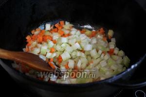 При помешивании добавить сельдерей, продолжая обжарку и слабое тушение.