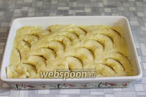 Поверхность прикрыть картофельным пюре, разровнять.