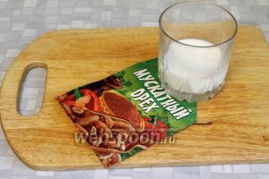 Взять молоко и мускатный орех для заправки пюре.