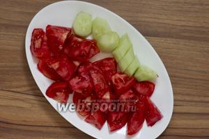 Пока готовится перец, необходимо подготовить помидоры — надрезать, ошпарить, снять кожицу, и огурцы — срезать шкуру. Овощи крупно нарезать.