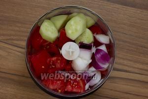 Четверть луковицы почистить, крупно нарезать и вместе с ломтиками помидоров и огурцов поместить в чашу блендера.