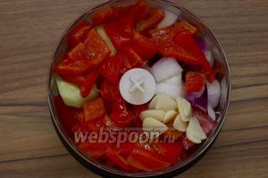 С остывшего перца снять кожицу, аккуратно удалить плодоножку и семена, мякоть нарезать. Чеснок почистить, измельчить. Добавить перец и чеснок в блендер к овощам.