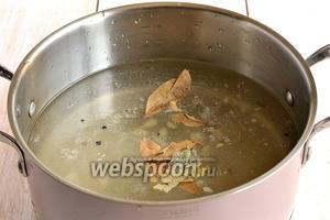 Для маринада соединить воду, уксус, сахар, соль, перец горошком, укроп и лавровый лист.