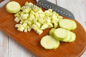 Кабачки помыть и порезать кубиками. Если кабачки попались немного постарше, то кожицу надо снять, а кабачки очистить от семян.