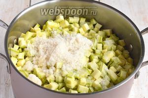 Выложить кабачки в кастрюлю. Добавить соль, сахар, подсолнечное масло, уксус. Проварить на протяжении 15 минут.