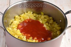 Добавить томатный соус. Проварить на протяжении 15 минут.