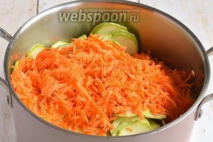 Морковь очистить и натереть на крупной тёрке.