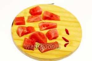 У арбуза обрезаем зелёные корочки, удаляем семена. Нарезаем крупными кусочками. Перец чили очищаем от семян, нарезаем небольшими кусочками. Перец используйте по своему вкусу.