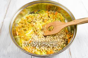 Изюм и орехи добавить к жаренным овощам. Жарить, помешивая, 5 минут.