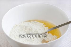Затем всыпать муку 450 грамм. Лучше всего добавлять муку постепенно, одновременно замешивая тесто и контролируя его структуру. Муки может уйти чуть больше или чуть меньше, в зависимости от её клейковины.