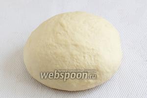 Чтобы тесто на чебуреки было вкусное, нужно накрыть полотенцем и дать отдохнуть минут 10. Затем можно лепить чебуреки из шикарного теста.
